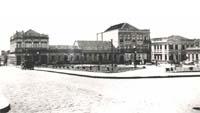 Praça Floriano Peixoto, localizada na parte histórica de Ponta Grossa, diante da Catedral de Sant´Ana. A foto expõe o complexo de prédios que compunham o conjunto urbano de Ponta Grossa no início do século XX.
