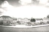 Praça Barão do Rio Branco, após a remodelação realizada pelo prefeito Albary Guimarães em 1938. Ponto de convergência da população ponta-grossense nas de 30, 40 e 50, a Praça caracterizou-se como um dos principais símbolos da modernidade urbano capitalista em Ponta Grossa.