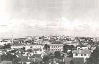 Vista parcial da cidade em 1947. A imagem possibilita visualizar antigos prédios como o da Catedral de Sant´Ana e o da Cervejaria Adriática, ambos demolidos, bem como o prédio do Colégio Sant´Ana, um dos mais tradicionais estabelecimentos de ensino de Ponta Grossa.
